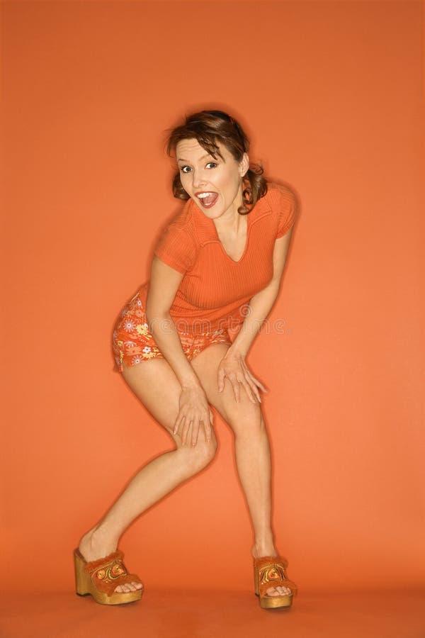καυκάσια πορτοκαλιά θέτοντας γυναίκα ανασκόπησης στοκ εικόνες με δικαίωμα ελεύθερης χρήσης