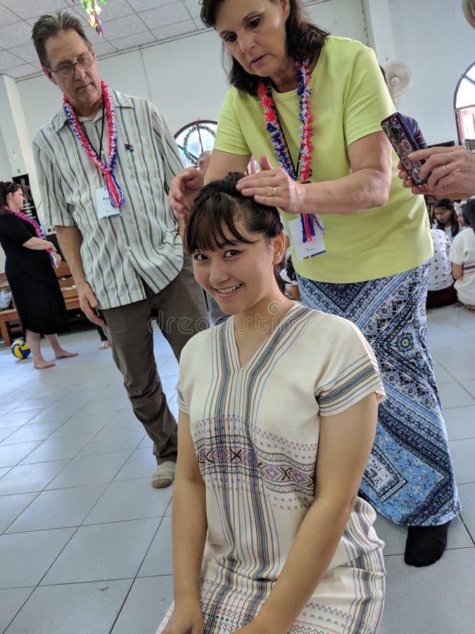 Καυκάσια τρίχα πλεξίματος γυναικών για το ταϊλανδικό έφηβη στο ταξίδι στην Ταϊλάνδη στοκ εικόνες