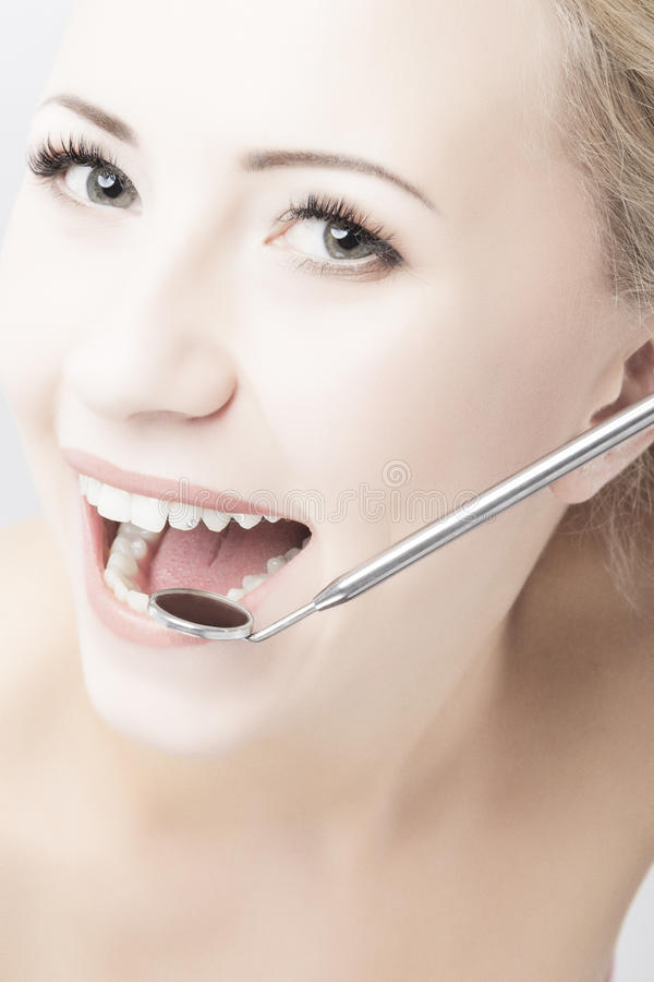 Καυκάσια δόντια γυναικών και οδοντικός στοματικός καθρέφτης στοκ φωτογραφία με δικαίωμα ελεύθερης χρήσης