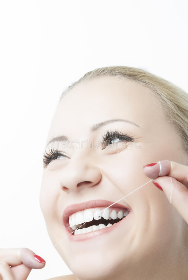Καυκάσια δόντια και χαμόγελο Flossing γυναικών. Οδοντική προσοχή και προφορικός στοκ φωτογραφία με δικαίωμα ελεύθερης χρήσης