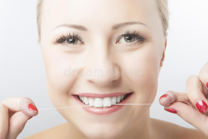 Καυκάσια δόντια και χαμόγελο Flossing γυναικών στοκ φωτογραφίες με δικαίωμα ελεύθερης χρήσης