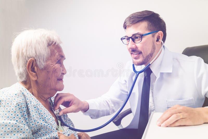 Καυκάσιες ηλικιωμένες γυναίκες εξέτασης γιατρών στοκ εικόνα με δικαίωμα ελεύθερης χρήσης