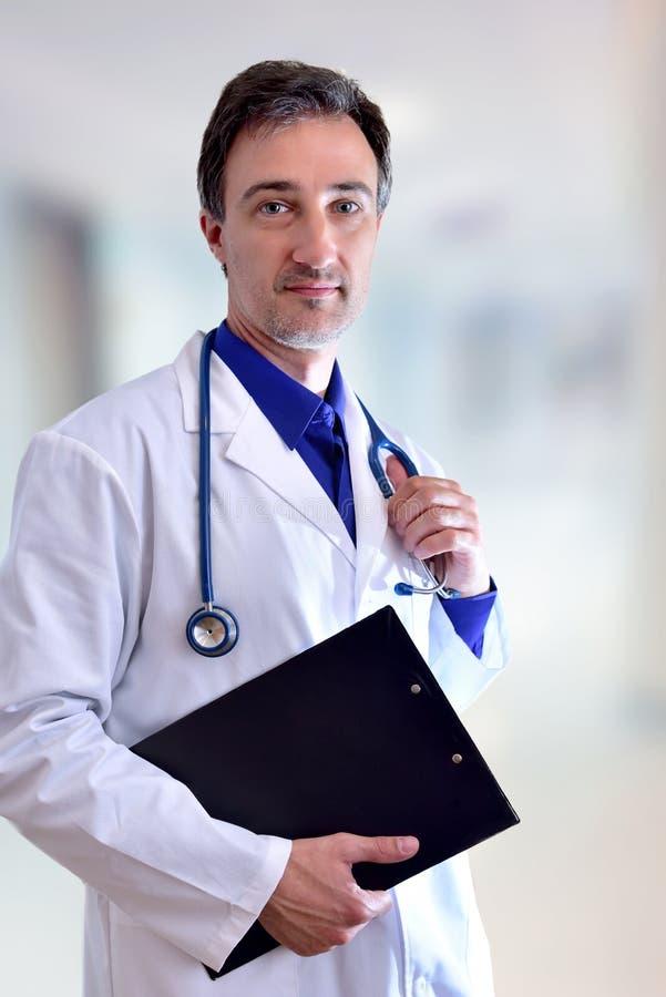 Καυκάσιος γενικός γιατρός με τη μαύρη κατακόρυφο σωμάτων περιοχών αποκομμάτων μισή στοκ εικόνες