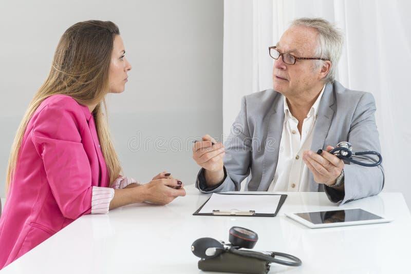Καυκάσιος γιατρός που μιλά στην καταθλιπτική επιχειρηματία στοκ φωτογραφίες με δικαίωμα ελεύθερης χρήσης
