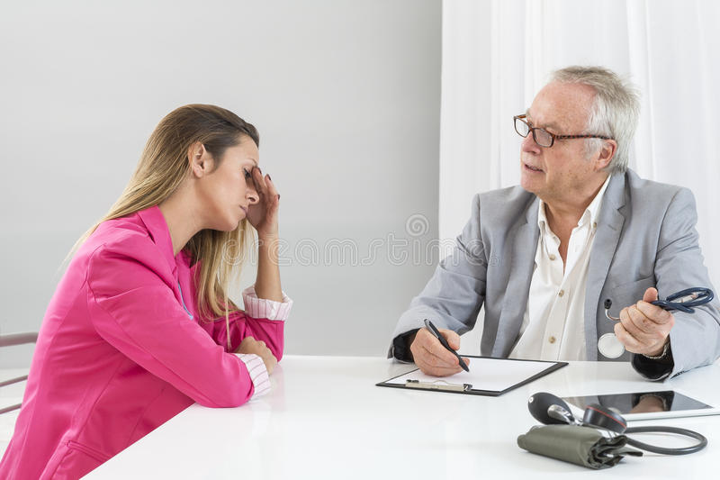 Καυκάσιος γιατρός που μιλά στην καταθλιπτική επιχειρηματία στοκ φωτογραφία με δικαίωμα ελεύθερης χρήσης