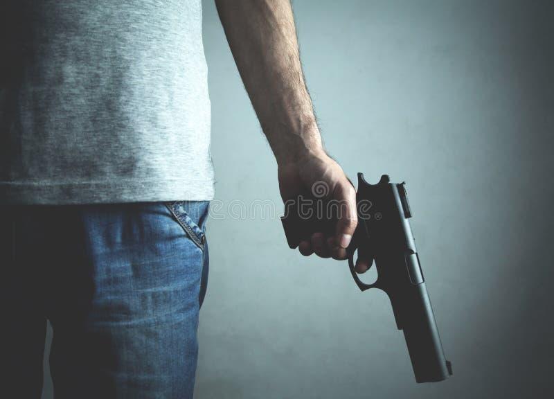 Καυκάσιος δολοφόνος με το πιστόλι Εγκληματική έννοια στοκ φωτογραφία