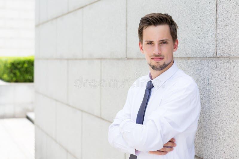 Καυκάσιος επιχειρηματίας που στέκεται έξω στοκ εικόνα με δικαίωμα ελεύθερης χρήσης