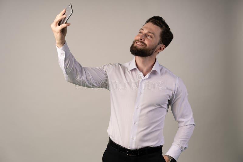 Καυκάσιος παίρνει selfie Δημιουργία μερικών απλών φωτογραφιών Χαλαρώστε και αισθανθείτε άνετα στοκ εικόνες με δικαίωμα ελεύθερης χρήσης