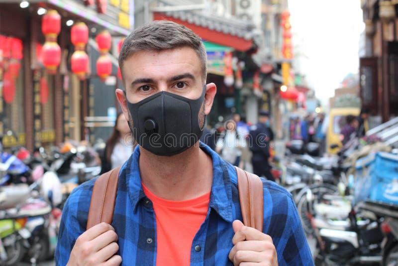 Καυκάσιος τουρίστας που χρησιμοποιεί τη μάσκα ρύπανσης στην Ασία στοκ εικόνα με δικαίωμα ελεύθερης χρήσης