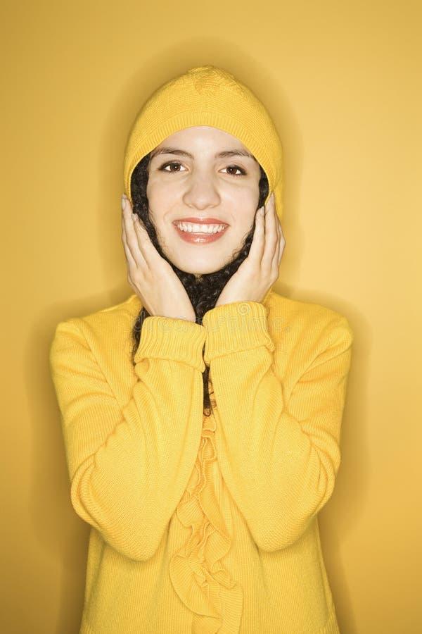 καυκάσιο αδιάβροχο που φορά τη γυναίκα κίτρινη στοκ εικόνα με δικαίωμα ελεύθερης χρήσης