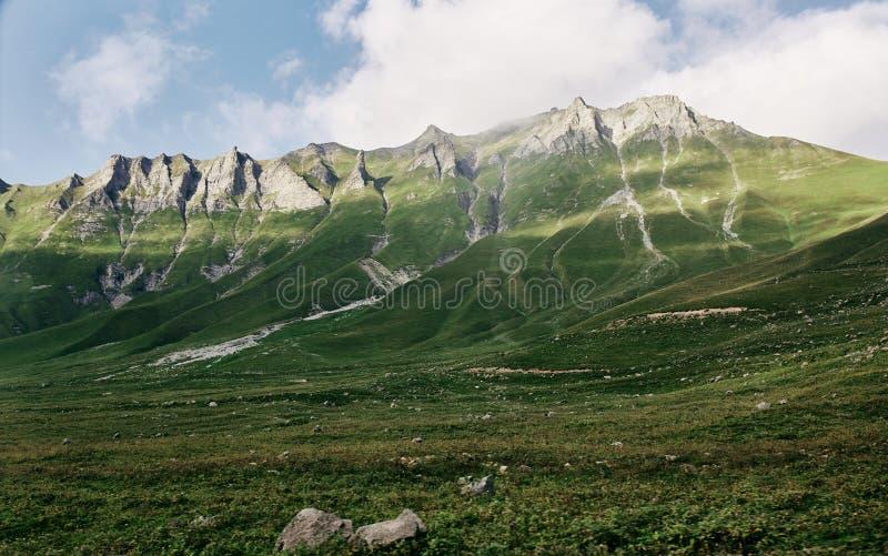 Καυκάσιο βουνό το καλοκαίρι Διαγώνιο πέρασμα στη Γεωργία Περιοχή Gudauri Πηγή ποταμού Aragvi στοκ εικόνα