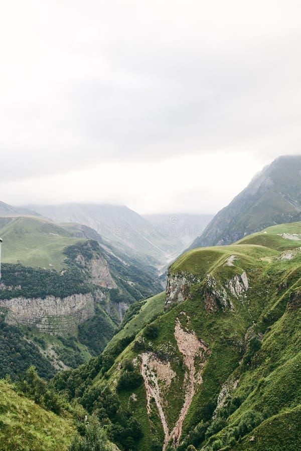 Καυκάσιο βουνό το καλοκαίρι Διαγώνιο πέρασμα στη Γεωργία Περιοχή Gudauri Πηγή ποταμού Aragvi στοκ φωτογραφίες με δικαίωμα ελεύθερης χρήσης