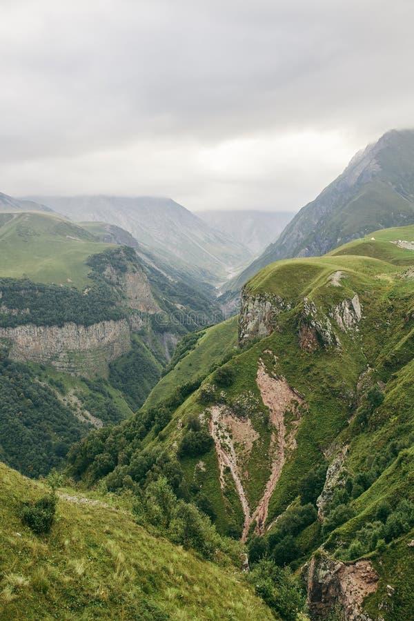 Καυκάσιο βουνό το καλοκαίρι Διαγώνιο πέρασμα στη Γεωργία Περιοχή Gudauri Πηγή ποταμού Aragvi στοκ φωτογραφία με δικαίωμα ελεύθερης χρήσης