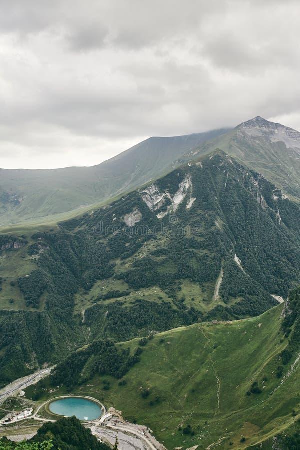 Καυκάσιο βουνό το καλοκαίρι Διαγώνιο πέρασμα στη Γεωργία Περιοχή Gudauri Πηγή ποταμού Aragvi στοκ εικόνες