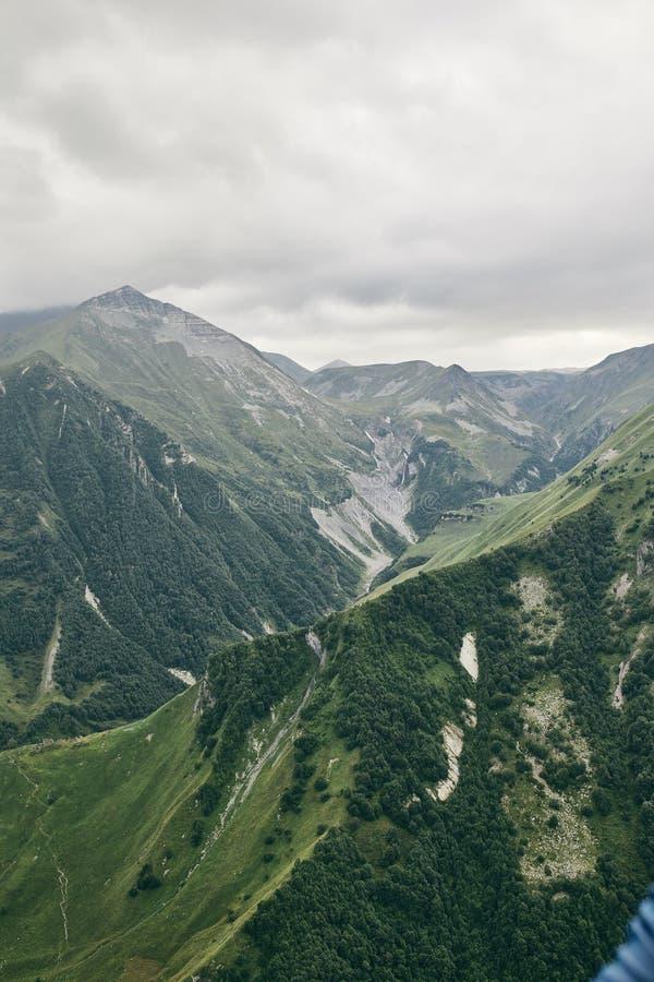 Καυκάσιο βουνό το καλοκαίρι Διαγώνιο πέρασμα στη Γεωργία Περιοχή Gudauri Πηγή ποταμού Aragvi στοκ φωτογραφία