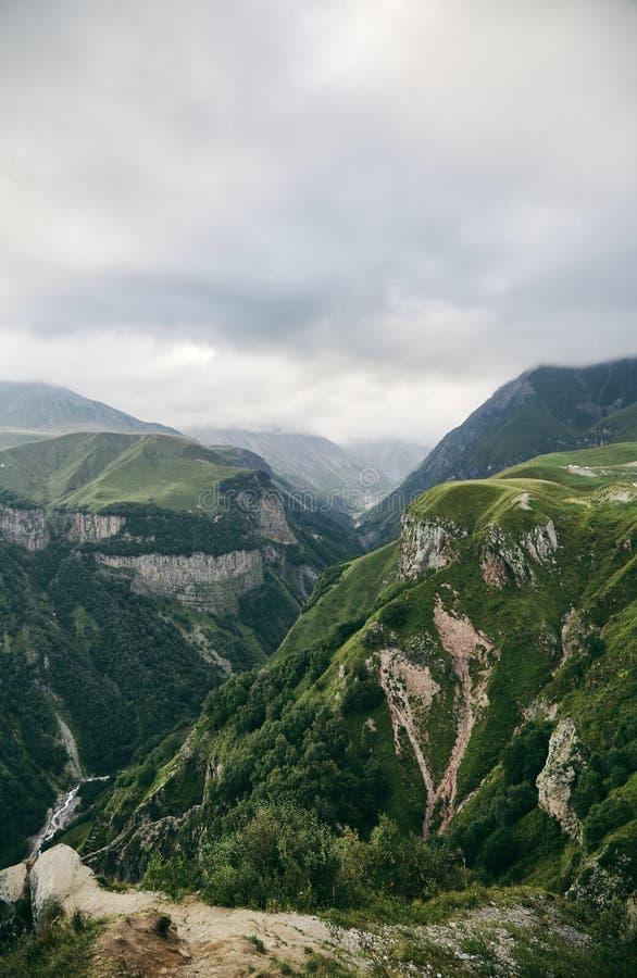 Καυκάσιο βουνό το καλοκαίρι Διαγώνιο πέρασμα στη Γεωργία Περιοχή Gudauri Πηγή ποταμού Aragvi στοκ εικόνες με δικαίωμα ελεύθερης χρήσης
