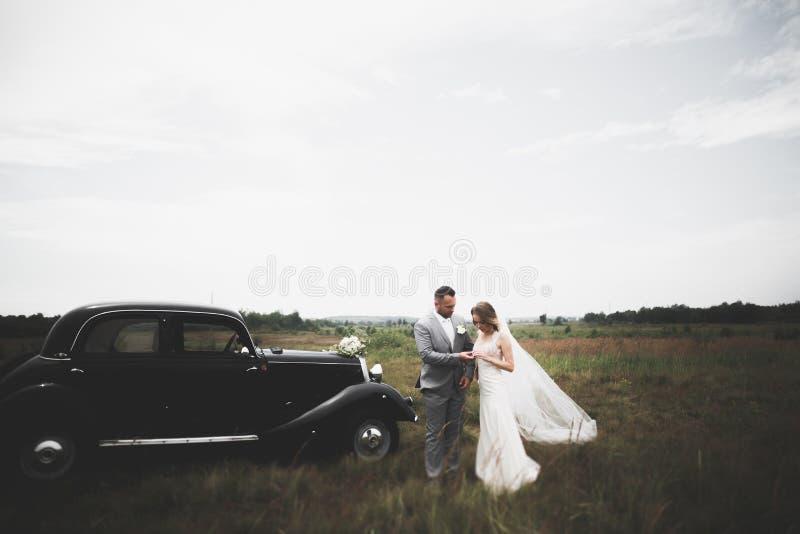 Καυκάσιο ευτυχές ρομαντικό νέο ζεύγος που γιορτάζει το γάμο τους Υπαίθριος στοκ φωτογραφία