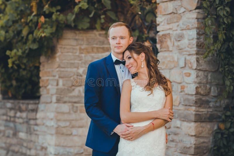 Καυκάσιο ευτυχές ρομαντικό νέο ζεύγος που γιορτάζει το γάμο τους στοκ φωτογραφίες με δικαίωμα ελεύθερης χρήσης