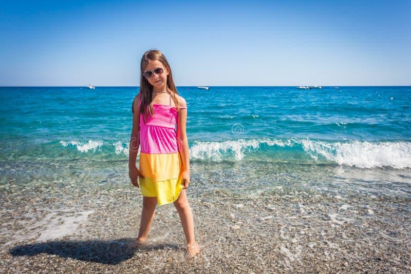 Καυκάσιο θηλυκό παιδί που απολαμβάνει τη Μεσόγειο στοκ εικόνα