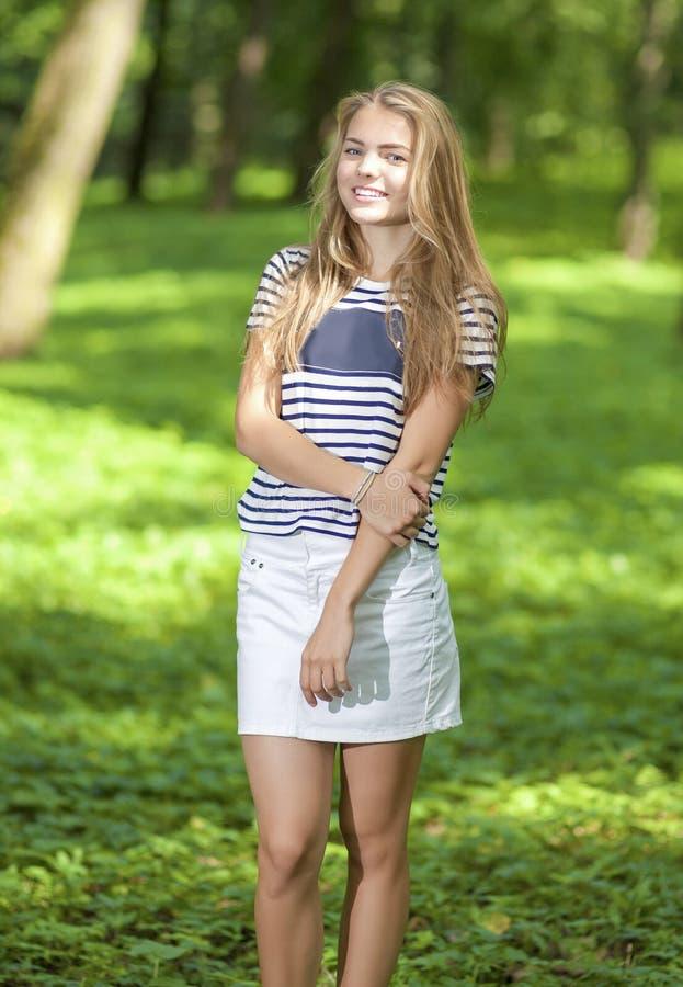 Καυκάσιο κορίτσι εφήβων που θέτει το εξωτερικό στο πράσινο δάσος στοκ φωτογραφία με δικαίωμα ελεύθερης χρήσης