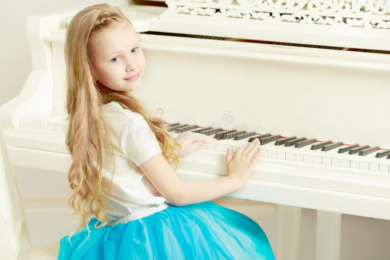 Καυκάσιο μικρό κορίτσι με τα μακριά ξανθά μαλλιά, σε ένα όμορφο ροζ στοκ φωτογραφία με δικαίωμα ελεύθερης χρήσης