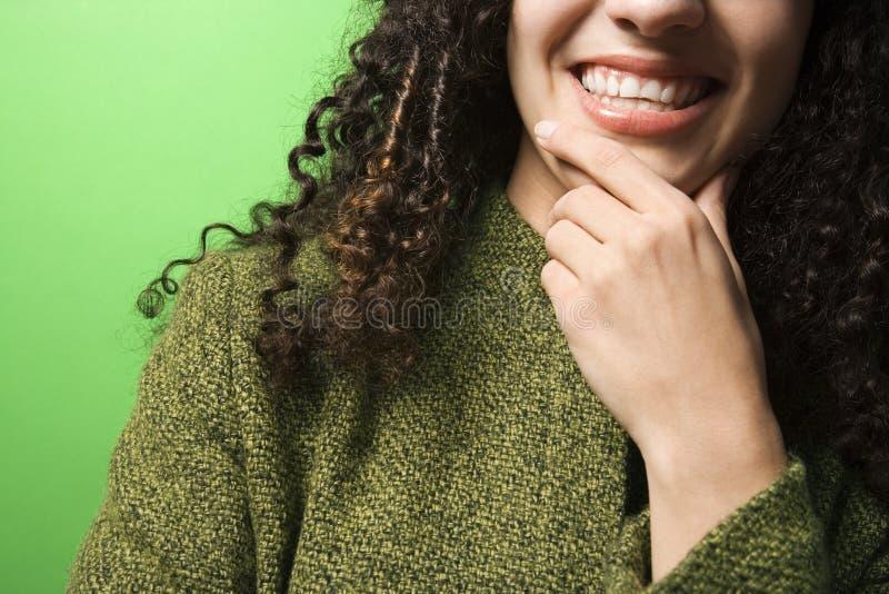 καυκάσιο πηγούνι που ντύνει το πράσινο χέρι που φορά τη γυναίκα στοκ εικόνες
