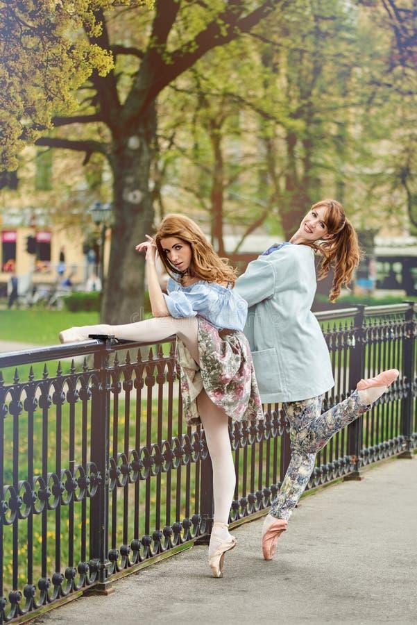 Καυκάσιο ballerina μόδας που περπατά στο πάρκο στοκ φωτογραφία