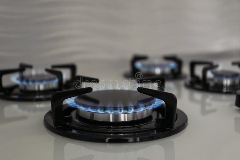 Καυστήρες αερίου με την μπλε φλόγα στη σόμπα στοκ εικόνα