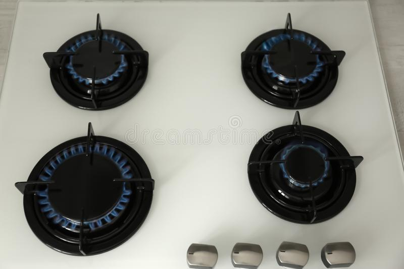 Καυστήρες αερίου με την μπλε φλόγα στη σύγχρονη σόμπα στοκ εικόνες