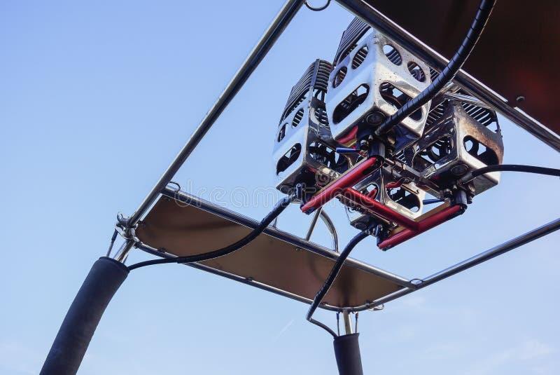 Καυστήρες ενός μπαλονιού ζεστού αέρα, ενάντια στο μπλε ουρανό στοκ φωτογραφία με δικαίωμα ελεύθερης χρήσης