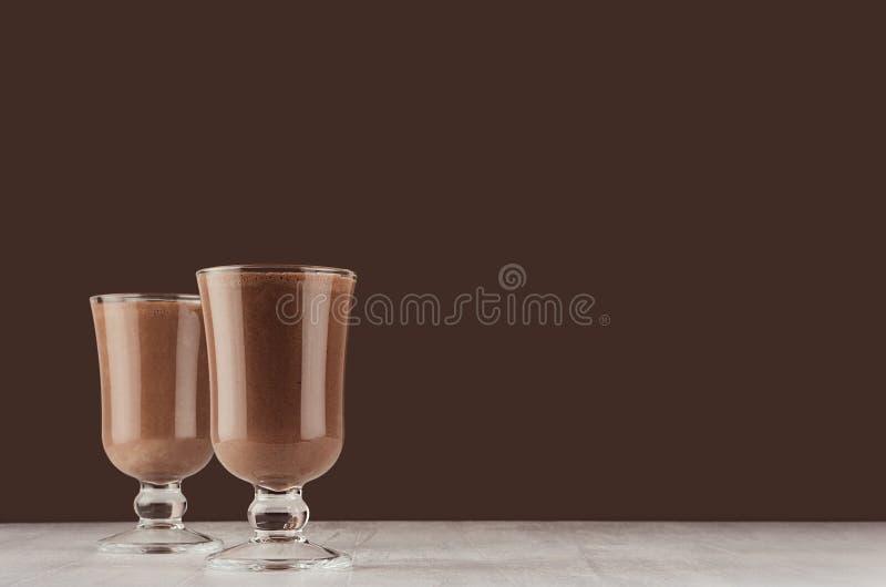Καυτά κοκτέιλ γάλακτος σοκολάτας εποχής στο κομψό σκοτεινό καφετί εσωτερικό φραγμών, διάστημα αντιγράφων στοκ φωτογραφία με δικαίωμα ελεύθερης χρήσης