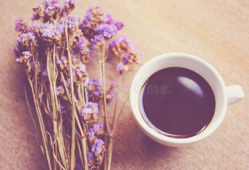 Καυτά λουλούδια καφέ και statice για διακοσμημένος στοκ φωτογραφία
