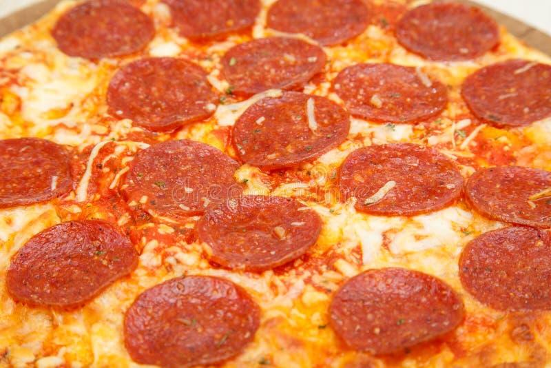Καυτά Pepperoni σε μια πίτσα στοκ εικόνες με δικαίωμα ελεύθερης χρήσης