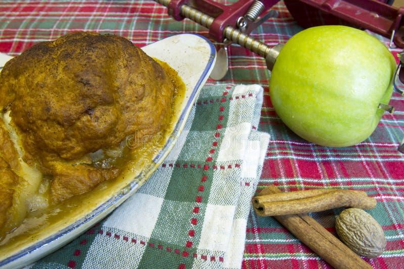 Καυτές μπουλέττες μήλων στο τηγάνι με τα μήλα και τα καρυκεύματα Γιαγιάδων Σμίθ στοκ φωτογραφία με δικαίωμα ελεύθερης χρήσης