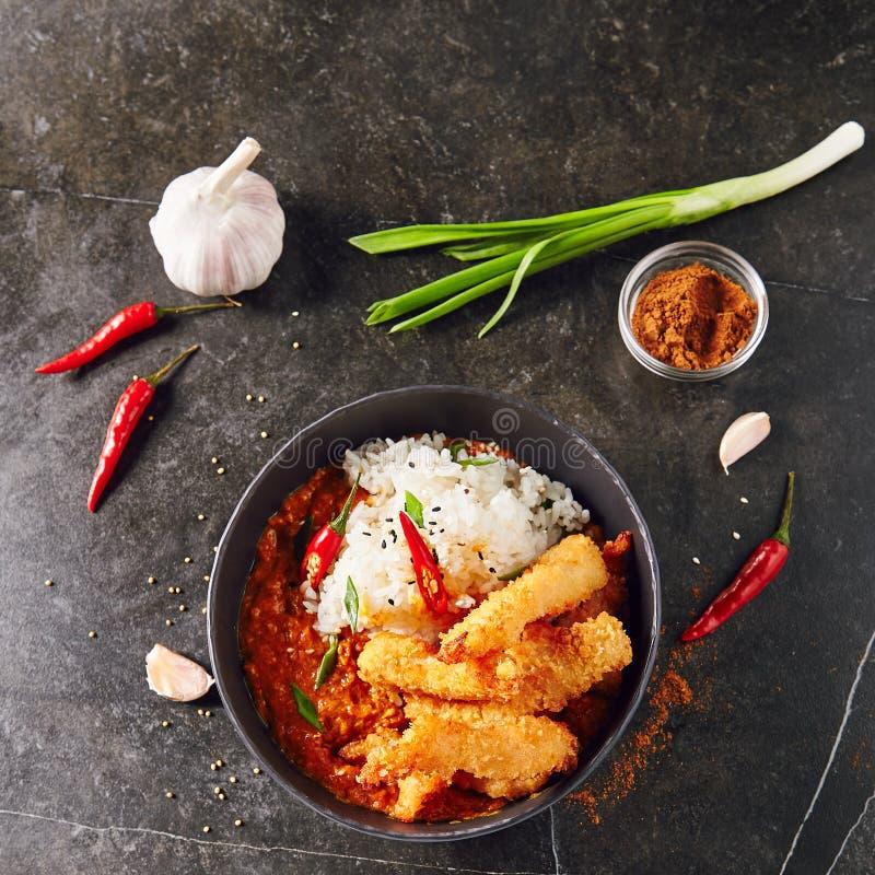Καυτές πικάντικες τηγανισμένες γαρίδες με το κάρρυ και το ρύζι στοκ εικόνα
