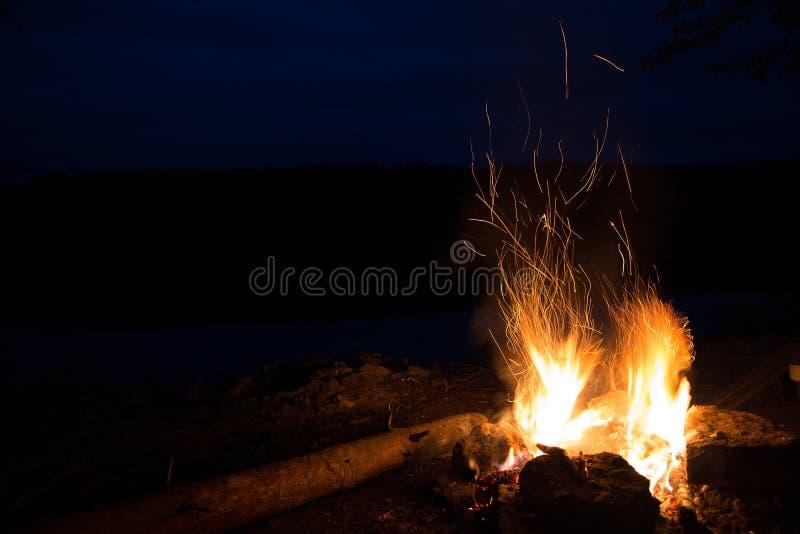 Καυτές φλόγες πυρκαγιάς στο σκοτάδι μεγαλοπρεπής πυρκαγιά με τους σπινθήρες τη νύχτα στοκ εικόνα με δικαίωμα ελεύθερης χρήσης