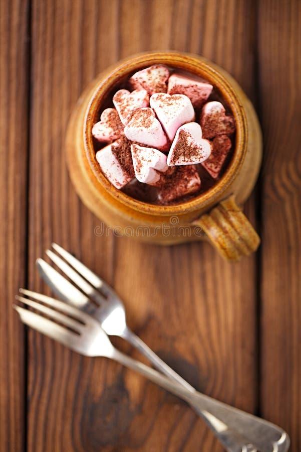 Καυτή εκλεκτής ποιότητας κούπα chocolat, που ολοκληρώνει με marshmallow στο κατασκευασμένο W στοκ εικόνες με δικαίωμα ελεύθερης χρήσης