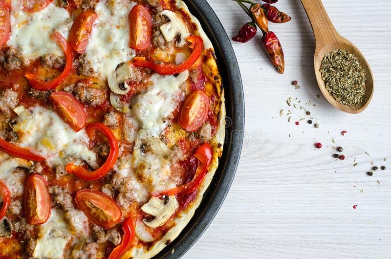 Καυτή ιταλική πίτσα κρέατος στοκ φωτογραφία