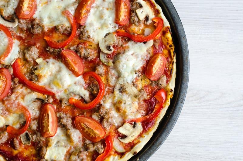 Καυτή ιταλική πίτσα κρέατος στοκ εικόνα
