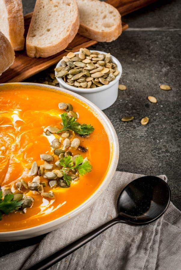 Καυτή και πικάντικη σούπα κολοκύθας στοκ εικόνες