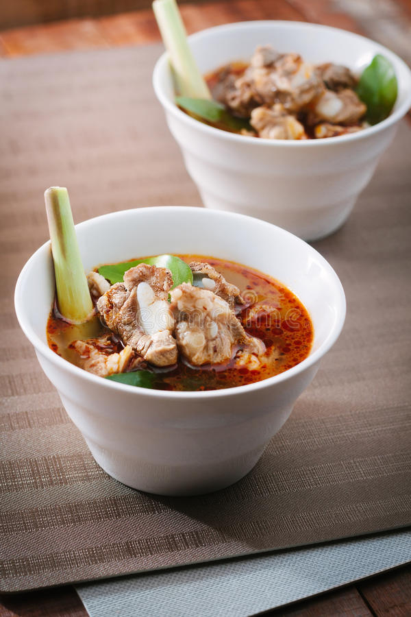 Καυτή και πικάντικη σούπα με τα πλευρά χοιρινού κρέατος στοκ φωτογραφίες