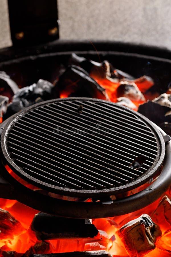 Καυτή κενή BBQ ξυλάνθρακα σχάρα με τις φωτεινές φλόγες σε Cookout Έννοια στοκ εικόνες