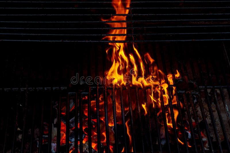 Καυτή κενή BBQ ξυλάνθρακα σχάρα με τις φωτεινές φλόγες στο μαύρο υπόβαθρο στοκ εικόνες
