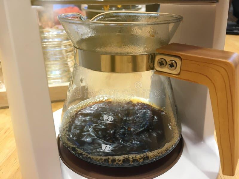 Καυτή μαύρη εμβύθιση καφέ μέσα στη διαφανή κανάτα Μυρωδιά αρώματος του χρόνου απογεύματος στοκ εικόνες