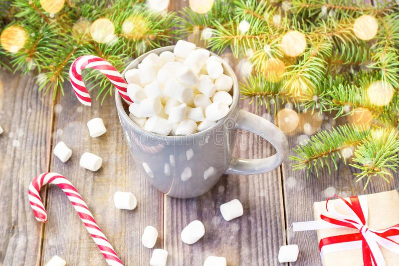 Καυτή σοκολάτα καφέ με marshmallow στο αγροτικό ξύλινο επιτραπέζιο υπόβαθρο, δέντρο έλατου κιβωτίων δώρων καλάμων καραμελών με το στοκ εικόνες