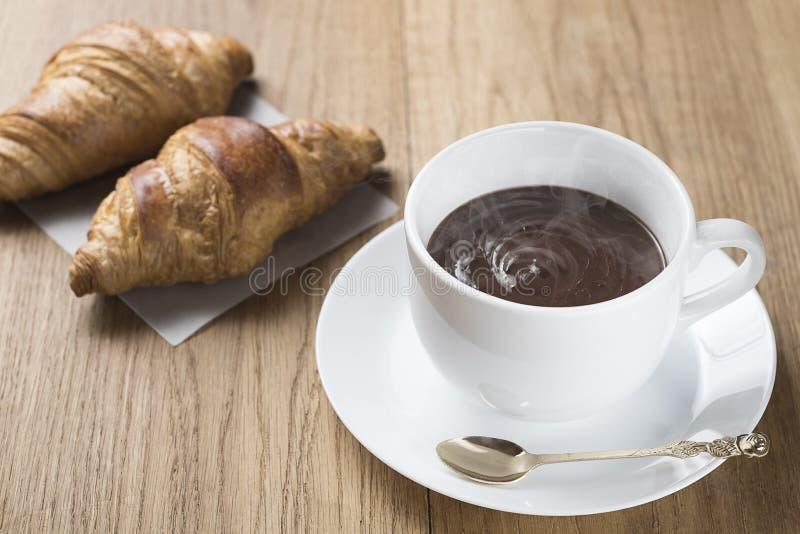 Καυτή σοκολάτα με τα croissants στοκ εικόνες με δικαίωμα ελεύθερης χρήσης