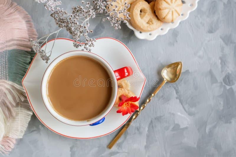 Καυτή σοκολάτα πρωινού στο αρχικό άσπρο φλυτζάνι με ένα μπλε κουμπί στο υπόβαθρο των μπισκότων Ενδυναμώνοντας αντίγραφο προγευμάτ στοκ φωτογραφία με δικαίωμα ελεύθερης χρήσης