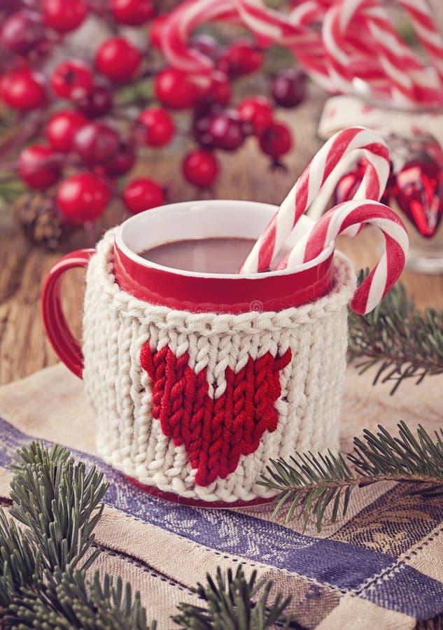 Καυτή σοκολάτα με τον κάλαμο καραμελών στοκ εικόνες