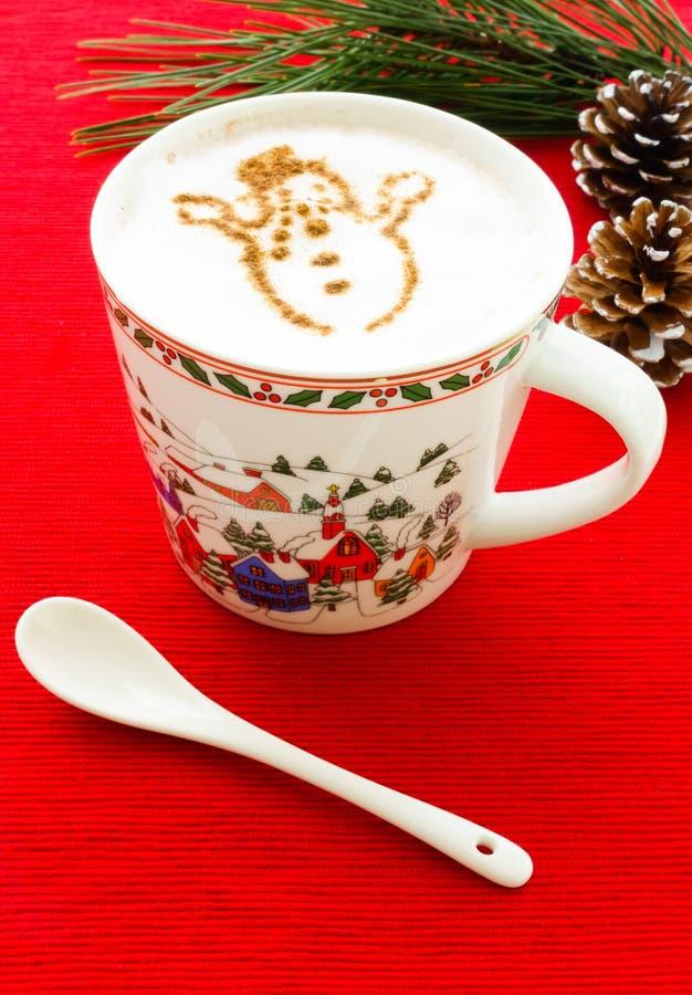 Καυτή σοκολάτα με το χιονάνθρωπο κανέλας στοκ εικόνα