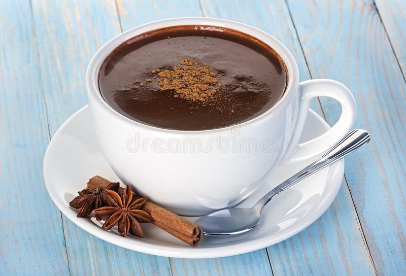 Καυτή σοκολάτα σε ξύλινο στοκ εικόνες